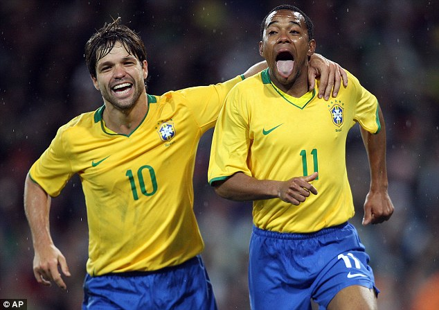 Diego (left) is another Number 10 option for Brazil. (Photo: AP Photo)
